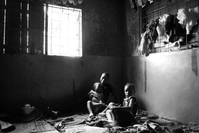 Florence, la niña de la derecha, tenía conjuntivitis. Le lavaron los ojos con aceite de palma. Vive con su madre, que es enfermera, su abuela, que es maestra en una guardería, y varios de sus hermanos y primos. A la más pequeña, los blancos le dan miedo.