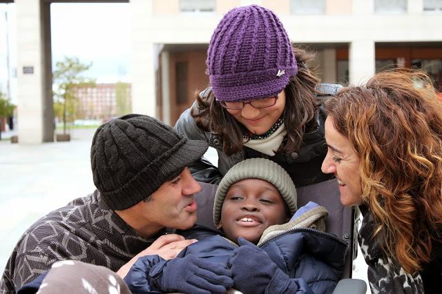 Cecilia Sebastián, auxiliar en el Hospital Quirón, en Vitoria, su marido, Javier Granados, y su hija, María, se convirtieron en la familia de acogida de Henry.