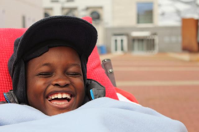 La cadena de solidaridad que ha ido despertando Henry a su paso ha permitido que el niño recupere su sonrisa.